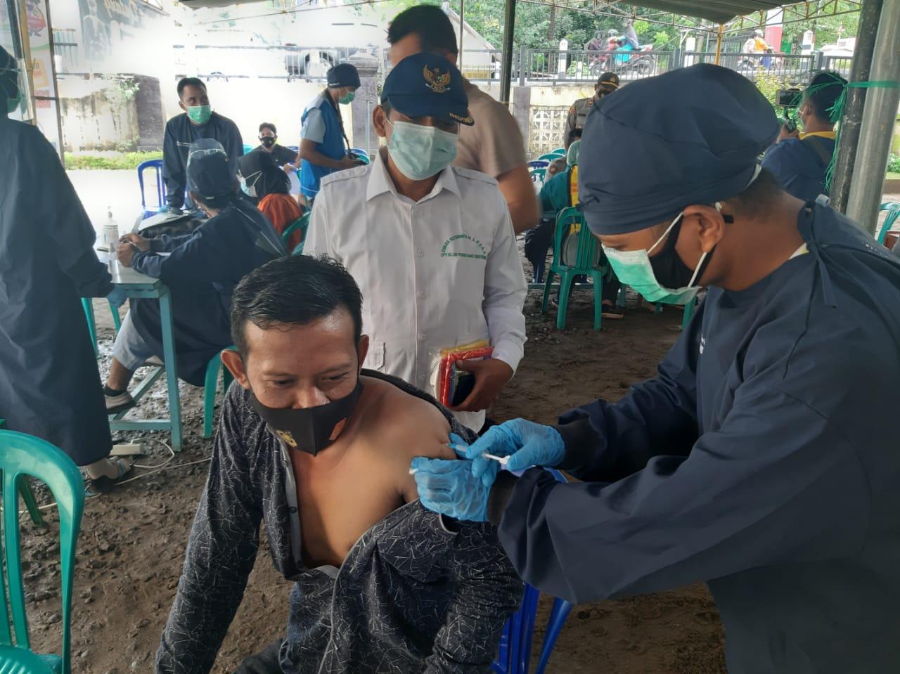 Fasilitasi Pelaksanaan Vaksinasi, Para Tokoh Antusias Lakukan Vaksinasi di Mapolsek Sekotong